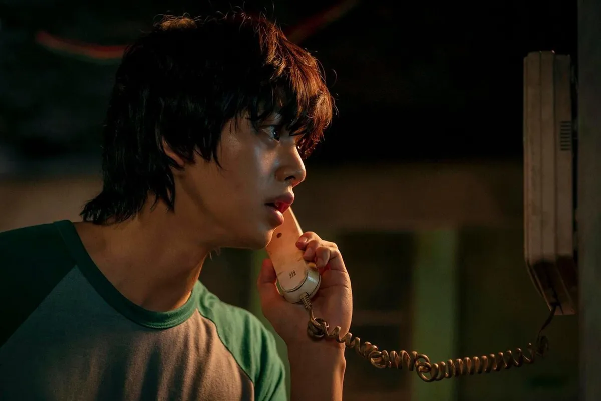the main character of kdrama sweet home picking up his interphone